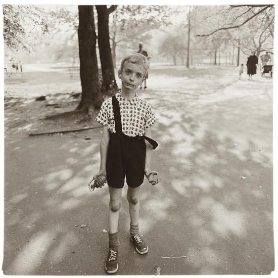 diane-arbus-child-with-a-toy-hand-grenade-in-cp